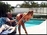 Ruda milfetka dopadła gościa nad basenem