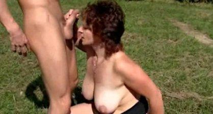 Mamita z lasu obrabia młodego