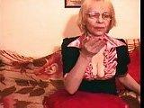 Stara babiczka pokazuje biust