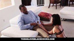 Oprowadziła go po domu, zwłaszcza po sypialni