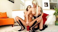 Brooke i Nika masturbują wielkiego dildosa